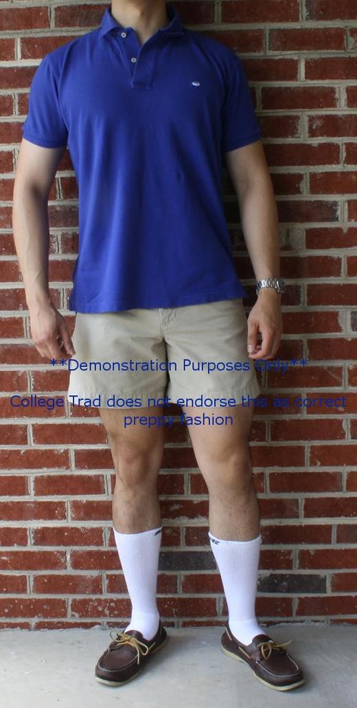 Mang vớ thể thao khi không chơi thể thao: chỉ nên mang những đôi vớ trắng tập thể thao khi chơi thể thao hay tập gym. Còn những lúc ra đường thì nên chọn vớ có màu phù hợp với trang phục. (Ảnh: Internet)