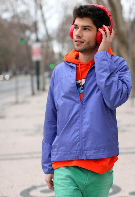 Mặc quá nhiều màu: hạn chế màu sắc trên người xuống con số 3 để trông thật nam tính. Khi kết hợp quần áo với nhau, luôn nhớ kĩrằng càng ít màu càng tốt. (Ảnh: Internet)