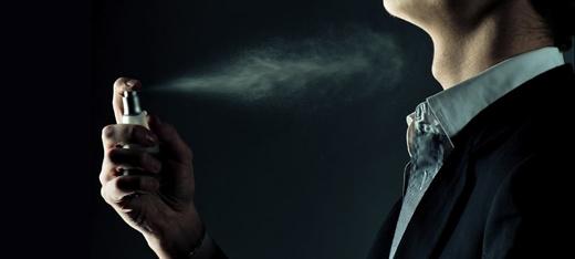 Nước hoa quá nặng mùi: nếu một cô gái ngửi thấy mùi nước hoa của bạn, có nghĩa cô ấy rất gần gũi với bạn. Nhưng nếu mùi nước hoa của bạn thoảng đưa khắp phòng, cô ấy sẽ muốn tránh xa. Tốt nhất chỉ cần 2 xịt, 1 vào cổ và 1 vào cổ tay. Nếu buổi chiều hương nhạt dần thì có thể xịt tiếp chứ không nên xịt một lần quá nhiều. (Ảnh: Internet)