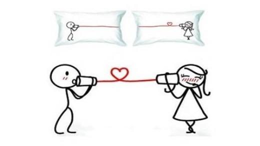 """Cho dù bạn và người yêu đang ở bên nhau hay ở cách xa, cặp gối này thật hoàn hảo để nhắc nhở mỗi người rằng """"anh yêu em mỗi phút, mỗi giờ, mỗi ngày""""."""