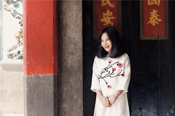Trong khi đó, cô em Sunny Dương lại nền nã, tinh khôi với áo dài trắng điểm xuyết hoa đào tượng trưng cho vẻ đẹp của miền Bắc. Trong năm 2015 vừa qua, cô nàng đã lấn sân sang lĩnh vực điện ảnh với vai diễn đầu tiên trong một bộ phim thu hút nhiều tên tuổi lớn như: Diễm My, Bình Minh, Huỳnh Lập, Diệu Nhi.