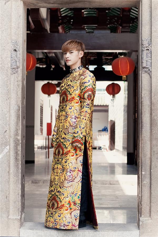 Trong mùa Tết năm nay, áo dài gấm trở thành lựa chọn hàng đầu bởi sự sang trọng, tinh tế. Chiếc áo dài thứ hai của Dương Minh Tuấn gây ấn tượng bởi sắc vàng rực rỡ như thu trọn cả ánh nắng mùa xuân.