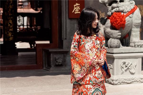 Sắc đỏ nồng nàn lại là lựa chọn của Sunny Dương với kiểu dáng trang phục khá độc đáo.