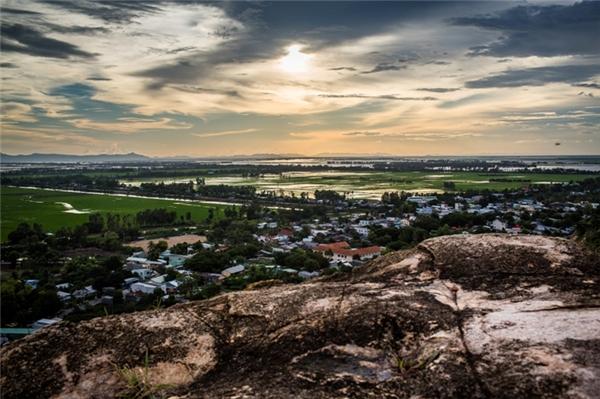 Phong cảnh nhìn từ đỉnh núi Sam xuống. (Ảnh: Internet)