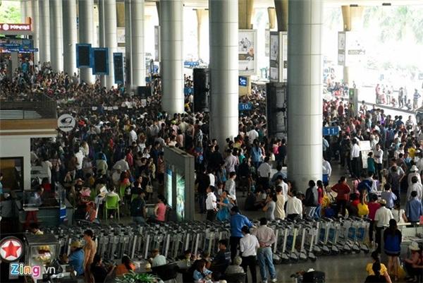 Trước Tết nửa tháng, các sân bay đều trong tình trạng quá tải khách đi và đến. Bạn cần đến trước thời gian bay khoảng 3 tiếng để làm thủ tục. Ảnh: Lê Quân.