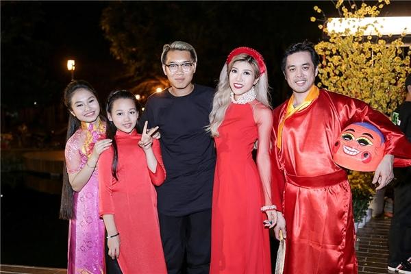 Đặc biệt, Dương Khắc Linh đã góp mặt trong MV với vai ông địa khá vui nhộn. - Tin sao Viet - Tin tuc sao Viet - Scandal sao Viet - Tin tuc cua Sao - Tin cua Sao