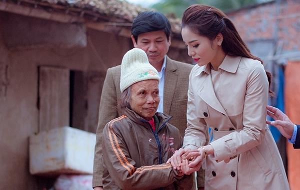 Ngoài ra Hoa hậu Việt Nam 2014 đã trao 150 sổ tiết kiệm, mỗi sổ trị giá 1 triệu đồng cho các gia đình khó khăn. - Tin sao Viet - Tin tuc sao Viet - Scandal sao Viet - Tin tuc cua Sao - Tin cua Sao