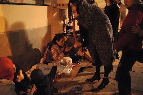 """""""Nữ hoàng giải trí"""" mặc chiếc áo khoác dày ấm áo đi trao quà và phát lì xì cho các em nhỏ, những người vô gia cư. - Tin sao Viet - Tin tuc sao Viet - Scandal sao Viet - Tin tuc cua Sao - Tin cua Sao"""