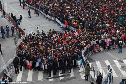 """Được biết số người về quê trong ngày này có thể lên đến 10.000 người. Các nhân viên nhà ga phải phân làn và dựng rào chắn để tránh tình trạng hỗn loạn có thể """"bùng nổ"""" bất cứ lúc nào. (Ảnh: Internet)"""