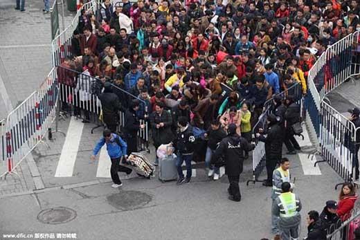 Những người dân đứng ở hàng đầu vội vã chạy vào trong ngay khi rào vừa được mở ra để lên kịp chuyến xe về quê. Trong tình trạng người đứng còn không có chỗ thế này thì có muốn chen lấn xô đẩy cũng đành bất lực. (Ảnh: Internet)