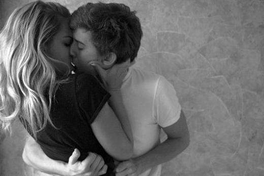 Nhưng khi đã hôn sâu, đầu óc chàng sẽ trống rỗng.(Ảnh: Internet)