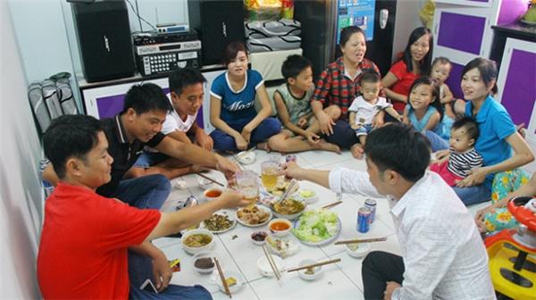 Hãy tụ tập bạn bè lại cùng nhau quây quần ăn uống tại nhà. (Ảnh: Internet)