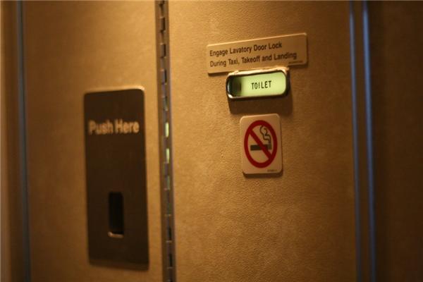 Phía sau tấm bảng cấm hút thuốc luôn có một ổ khóa. (Ảnh: Internet)