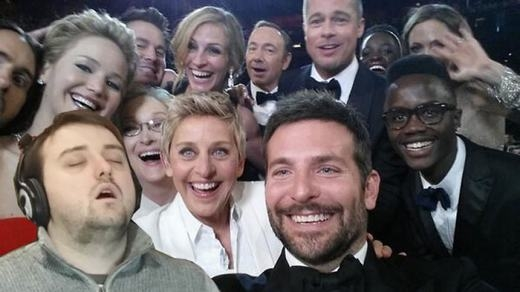 """Bức ảnh selfie """"thần thánh"""" của dàn sao đãcó sự góp mặt của anh chàng này! (Ảnh: Bored Panda)"""