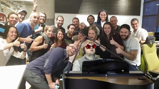 Mọi người đang được chụp với nghệ sĩ piano nổi tiếng? (Ảnh: Bored Panda)