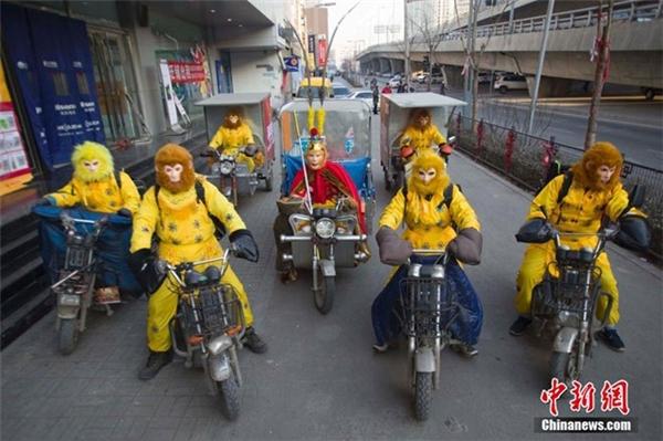 Các nhân viên giao hàng của một công ty có trụ sở tại thành phố Thái Nguyên, thuộc tỉnh Sơn Tây, miền bắc Trung Quốc, hóa trang thành Tôn Ngộ Không trong những ngày làm việc giáp Tết.