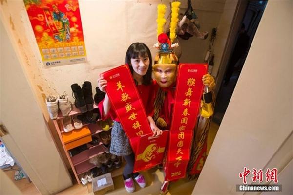 Một nhân viên chụp ảnh cùng khách hàng mà anh đến chuyển bưu phẩm. Con giáp của năm âm lịch 2016 là con khỉ, nên nhiều dịch vụ ăn theo hình tượng nhân vật nổi tiếng trong văn học Trung Hoa, Tôn Ngộ Không, để gây sự ngạc nhiên và thích thú cho khách hàng.