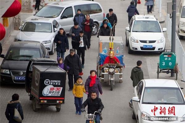 """""""Tôn Ngộ Không"""" lái xe chở hàng chuyển phát nhanh để giao cho người dân ở Thái Nguyên trong những ngày giáp Tết."""