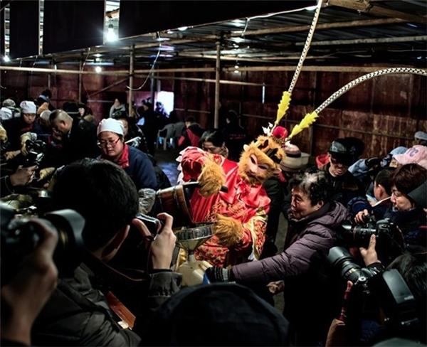 Nhân vật hóa trang Tôn Ngộ Không thu hút sự chú ý của người dân và giới truyền thông tại một lễ hội ở thành phố Trấn Giang, tỉnh Giang Tô.