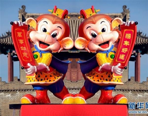 Hai bức tượng Tôn Ngộ Không theo phong cách hoạt hình đặt tại một điểm du lịch ở Thiên Tân. Tân Hoa xã cho hay, nhiều du khách đổ về nơi này những ngày cận Tết để tìm hiểu văn hóa dân gian Trung Quốc.