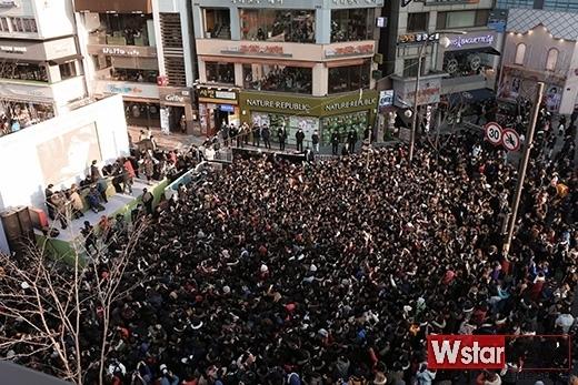 Lần khác tại buổi kítặng diễn ra cuối tháng 1 vừa qua, các fan kéo đến quá đông gây mất trật tự khiến các thành viên EXO bực mình ra mặt. Đến nỗi D.O. đã đề nghị tạm ngừng chương trình để các nhân viên ổn định với tiêu chí ưu tiên sự an toàn của các fan. Sau đó, buổi kítặng tiếp tục diễn ra nhưng với số lượng fan được vào vô cùng hạn chế.