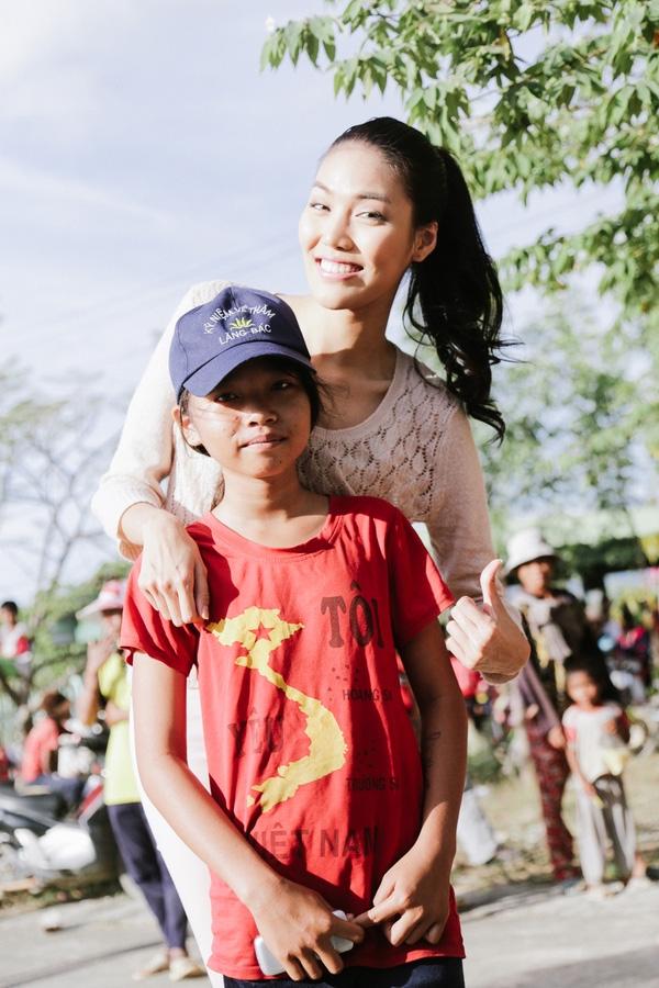 Do công việc cuối năm bận rộn, Lan Khuê đã phải chạy 400km từ TP HCM đến huyện Bác Ái, Ninh Thuận trong đêm. - Tin sao Viet - Tin tuc sao Viet - Scandal sao Viet - Tin tuc cua Sao - Tin cua Sao