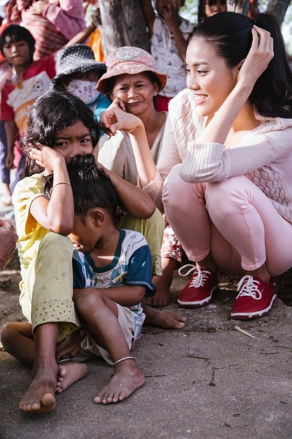 Dù đến thành phố Phan Rang lúc 2h sáng ngày 2/2, nhưng 6h sáng cùng ngày cô vẫn kịp vượt 50km đường núi để đến với xã vùng sâu Phước Tân. - Tin sao Viet - Tin tuc sao Viet - Scandal sao Viet - Tin tuc cua Sao - Tin cua Sao