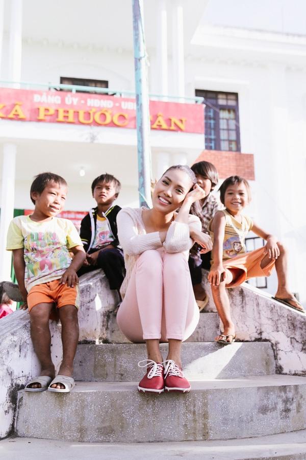 Vượt qua những mệt mỏi của một chặng đường dài, Lan Khuê đã cùng với lãnh đạo công an tỉnh Ninh Thuận và các sở ban ngành khác trao 1.000 phần quà cho các gia đình của huyện. Mỗi phần quà trị giá 400 ngàn tiền mặt cùng với nhiều nhu yếu phẩm khác như: kẹo, bánh, dầu ăn, mắm… - Tin sao Viet - Tin tuc sao Viet - Scandal sao Viet - Tin tuc cua Sao - Tin cua Sao