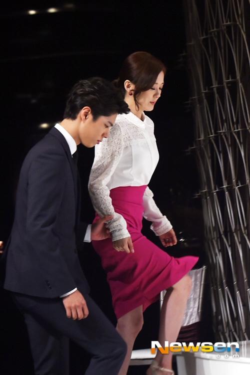 Park Bo Gum ga lăng đỡ đàn chị bước lên bục