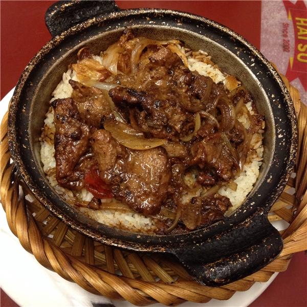 Niêu cơm thịt bò quyến rũ với lớp cháy vàng rộm có giá 75.000 đồng/niêu. (Ảnh: Internet)