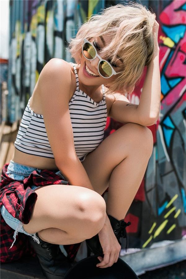 """Vẫn giữ nguyên tắc cơ bản phối váy jeans cùng áo croptop nhưng DJ Nina Lê lại chọn đôi ankle boot đế cao để tăng. Đây là sự lựa chọn """"chuẩn không cần chỉnh"""" cho các cô nàng yêu thích sự cá tính."""