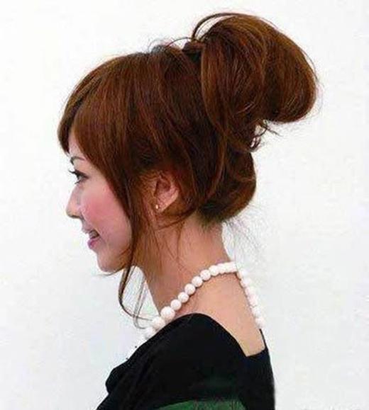 """Với kiểu búi rối này bạn sẽ """"thả lỏng"""" vài lọn tóc chứ không buộc gọn chúng vào. (Ảnh: Internet)"""