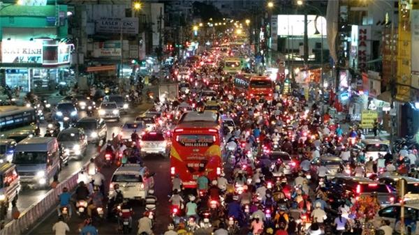 """Lượng người tham gia giao thông nhiều tới """"đáng sợ"""". (Ảnh: Internet)"""