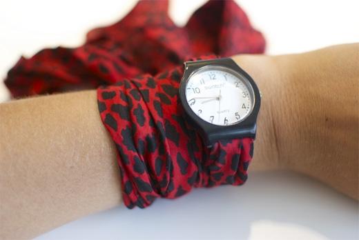 Nếu dây đồng hồ bị đứt hay gãy, chỉ cần thay bằng khăn choàng. (Ảnh: Internet)