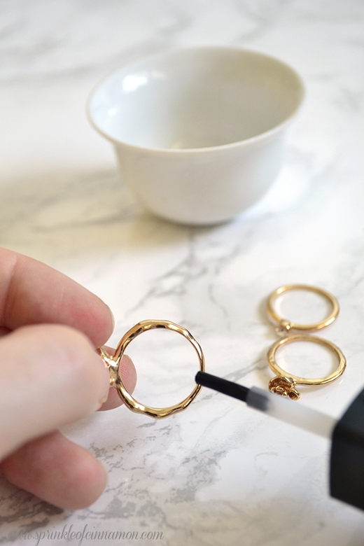 Nếu đeo nhẫn khiến ngón tay của bạn chuyển sang màu xanh, hãy dùng sơn móng tay trong suốt bôi lên mặt trong của nhẫn. (Ảnh: Internet)