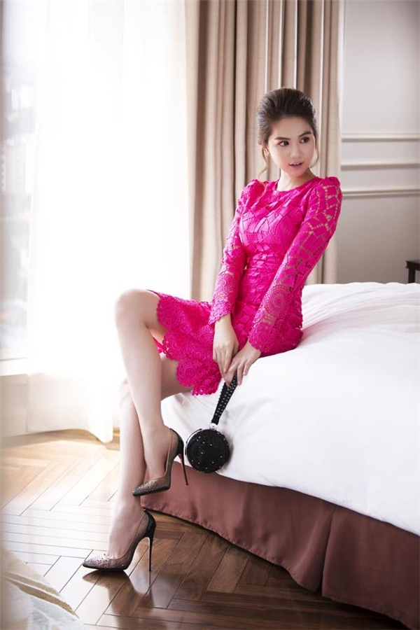 Người đẹp còn tạo nên sự khác biệt khi lăng xê tông màu hồng thẫm bắt mắt. Với những cô nàng yêu thích vẻ ngoài gợi cảm, quyến rũ thì chắc chắn đây sẽ là một lựa chọn tuyệt vời.