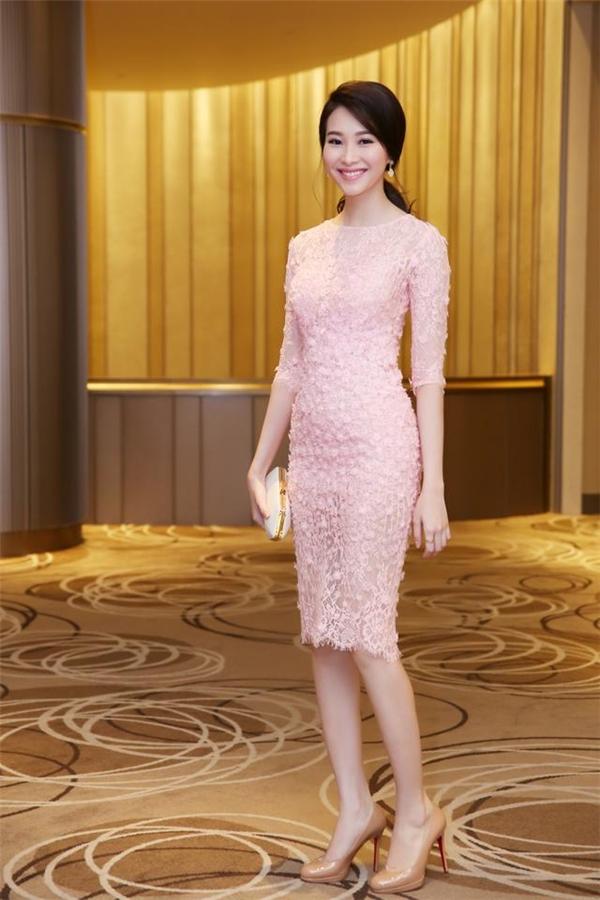 Váy hồng đáng học hỏi từ sao Việt cho ngày đầu xuân