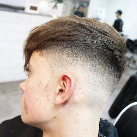 Điểm thu hút ở kiểu tóc này là phần chuyển tiếp giữa tóc dài và tóc ngắn rất liền mạch, không có điểm nối hay sự phân chia. (Ảnh: menshairstyletrends)