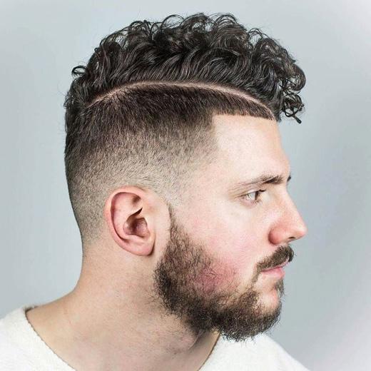 Lại một kiểu tóc cạo thành đường nữa, nhưng kiểu này rất ấn tượng với người tóc xoăn. (Ảnh: menshairstyletrends)