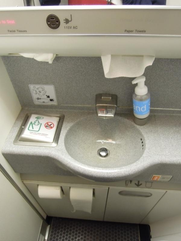 Nước từ vòi trên máy may chứa rất nhiều vi khuẩn. (Ảnh: Internet)