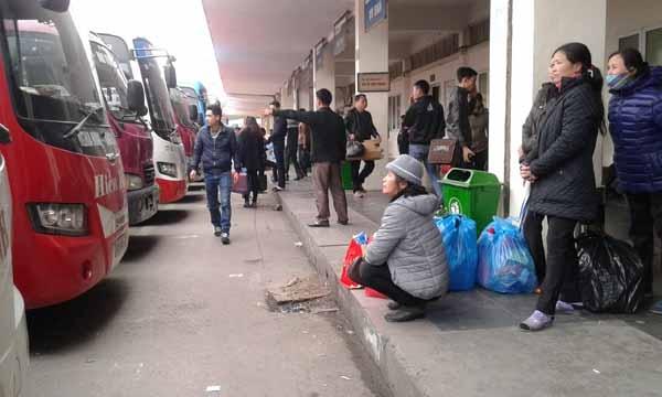 Những hành khách vội vã chiều 27 tết (5.2 dương lịch) tại bến xe Nam Hà Nội. Ảnh: Mỵ Lương
