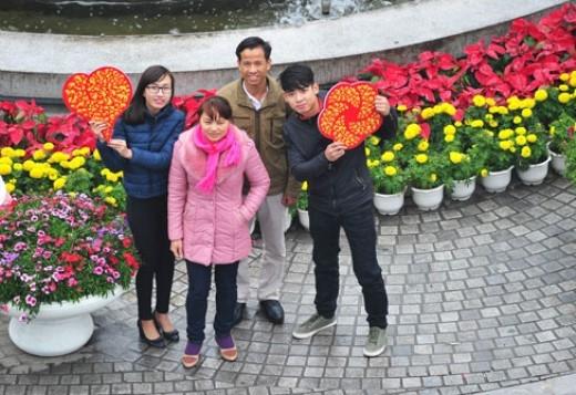 """Dù thời tiết khá lạnh, giới trẻ Hà Nội cùng bố mẹ vẫn hưởng ứng trào lưu """"tự sướng"""" Megafie."""