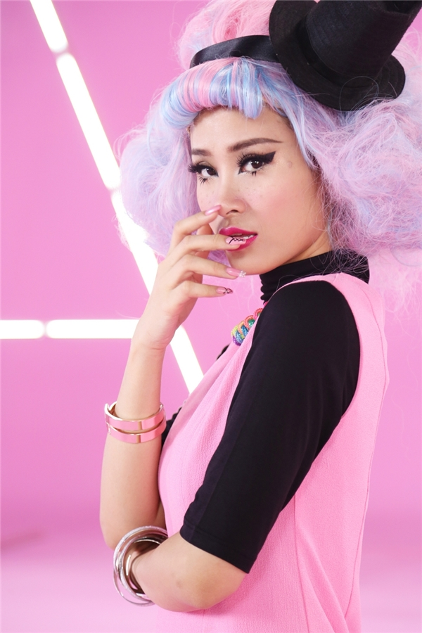Hình tượng Đông Nhi trong MV được lấy ý tưởng dựa trên nhiều hình mẫu như: Holly Golightly, Barbie, The Mad Hatter,…nhưng được phủ thêm tính nghịch ngợm và sáng tạo. - Tin sao Viet - Tin tuc sao Viet - Scandal sao Viet - Tin tuc cua Sao - Tin cua Sao
