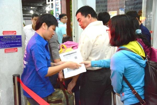 Nhân viên ga Sài Gòn kiểm soát vé và giấy tờ của hành khách. Ảnh:K.T.