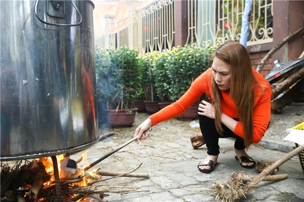 """Hình ảnh Mỹ Tâm """"ngồi xổm"""" nhóm lửa nồi bánh khiến fan thích thú - Tin sao Viet - Tin tuc sao Viet - Scandal sao Viet - Tin tuc cua Sao - Tin cua Sao"""