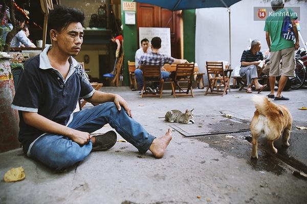 Buổi trưa, anh Ân chỉ ngồi trong con hẻm 15A Lê Thánh Tôn để chơi đùa với chú chó mù của mình.