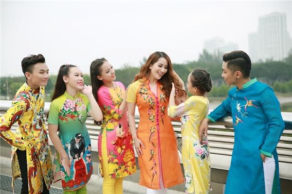 Là người dẫn dắt Linh Hoa và Vy Khanh tại Bước nhảy hoàn vũ nhí, vì vậy Khánh Thi cùng hai cô học trò có mối quan hệ khá thân thiết. - Tin sao Viet - Tin tuc sao Viet - Scandal sao Viet - Tin tuc cua Sao - Tin cua Sao