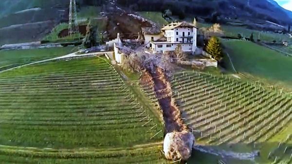 Tảng đá lăn từ trên núi sẽ đạt vận tốc đủ lớn để phá hủy cả một cơ ngơi khổng lồ