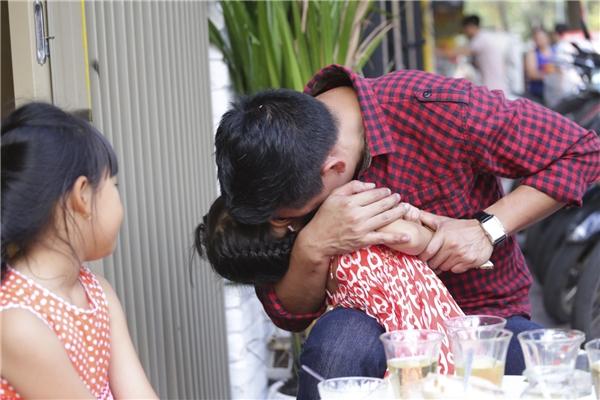 Không những thế, nam MC còn ghì chặt con gái útvào lòng và ôm hôn thắm thiết, khiến chị cả An Nhiên có đôi chút ganh tị. - Tin sao Viet - Tin tuc sao Viet - Scandal sao Viet - Tin tuc cua Sao - Tin cua Sao