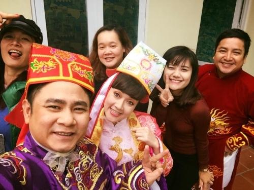 Chị nhí nhảnh chụp hình cùng các đồng nghiệp trong hậu trường show năm nay - Tin sao Viet - Tin tuc sao Viet - Scandal sao Viet - Tin tuc cua Sao - Tin cua Sao